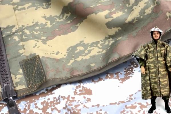 Impermeable con estampado militar